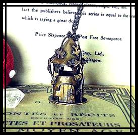 locket boîte secret box goth gothic wicca witchy poudlard hogwarts bestiaire curiosa harry potter newt scamander hermione animaux fantastiques fantastic beasts occult mystic mysterious albus dumbledore caput draconis bijou d'auteur bijou d'art cottage core cottagecore witch labradorite crystal tarot esoterisme white magic magie blanche altar autel grimoire spellbook key clef labyrinthe labyrinth maze goblin king jareth clef key cryptogramme cryptogram cryptex grimoire spellbook carnet relié notebook handbound bestiaire curiosa gyroscope giroscope castle scottish scotland cottagecore harry potter witch aesthetic hermione granger ravenclaw poudlard hogwarts serdaigle gryffondor gryffindor slytherin serpentard hufflepuff poufsouffle
